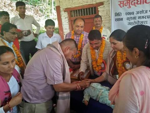 बाह्य खोप केन्द्रको उद्घाटन गर्दै नगर प्रमुख रामचन्द्र जोशी
